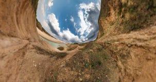 INGEN VR Liten planetomformning med kr?kning av utrymme Abstrakt vridning och rotering av full flygparadpanorama av landskapneaen lager videofilmer