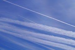 Ingeniería de Geo a través de chemtrails del aeroplano Imágenes de archivo libres de regalías