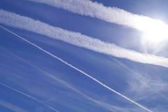 Ingeniería de Geo a través de chemtrails del aeroplano Fotografía de archivo