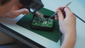 Ingeniería del hardware Concepto de la ciencia de la tecnolog?a Abejón del aire del desarrollador que suelda almacen de video