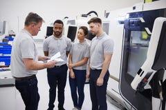 Ingeniería Team Meeting On Factory Floor del taller ocupado imagen de archivo libre de regalías