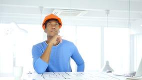 Ingeniero arquitectónico afroamericano pensativo Thinking en el trabajo foto de archivo libre de regalías