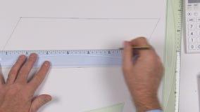 Ingeniero ascendente cercano Hands Drawing un plan técnico en un papel usando las herramientas de dibujo almacen de metraje de vídeo