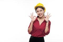Ingeniero asiático joven con la camisa roja Foto de archivo libre de regalías