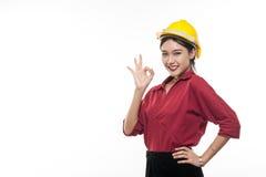 Ingeniero asiático joven con la camisa roja Imagen de archivo libre de regalías