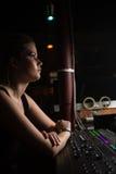 Ingeniero audio de sexo femenino que usa el mezclador de sonidos Foto de archivo