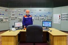 Ingeniero cerca de la tabla Imagen de archivo