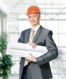 Ingeniero civil con los documentos en la oficina foto de archivo libre de regalías