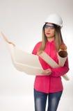 Ingeniero civil de la mujer hermosa que sostiene modelos Foto de archivo