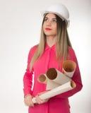 Ingeniero civil de la mujer hermosa que sostiene modelos Foto de archivo libre de regalías