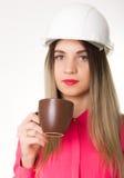 Ingeniero civil de la mujer hermosa que sostiene modelos Fotos de archivo