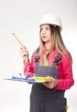 Ingeniero civil de la mujer hermosa que sostiene modelos Imágenes de archivo libres de regalías