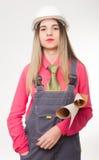 Ingeniero civil de la mujer hermosa que sostiene modelos Imagen de archivo libre de regalías