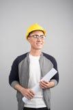 Ingeniero civil hermoso que trabaja con los documentos que miran al si foto de archivo