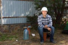 Ingeniero civil Sitting en la esquina del emplazamiento de la obra Foto de archivo libre de regalías