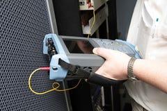 Ingeniero con el reflectómetro Fotos de archivo libres de regalías