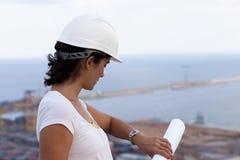 ingeniero con el sombrero duro que mira el reloj Imagenes de archivo