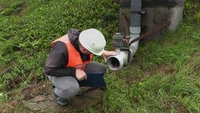 Ingeniero con la documentación cerca del tubo sucio almacen de video