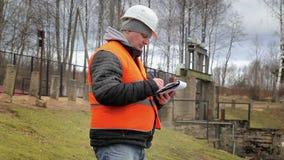 Ingeniero con la documentación en la esclusa de la central eléctrica metrajes