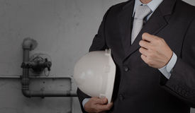 Ingeniero con la tubería de aguas residuales industriales que limpian f Fotografía de archivo