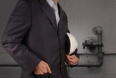 Ingeniero con la tubería de aguas residuales industriales que limpian f Foto de archivo libre de regalías