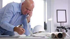 Ingeniero confiado en sitio de la oficina iniciar una llamada de teléfono usando línea horizonte de la compañía almacen de metraje de vídeo