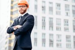 Ingeniero, constructor en casco, constructor con los vidrios en el emplazamiento de la obra Fotos de archivo libres de regalías