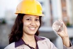 Ingeniero de construcción de sexo femenino que sostiene un globo de cristal Fotografía de archivo