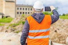 Ingeniero de construcción filmado en el teléfono celular Foto de archivo