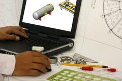 Ingeniero de diseño en el trabajo sobre un ordenador Foto de archivo libre de regalías