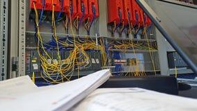 Ingeniero de la automatización que trabaja en el software para el sistema de control almacen de video