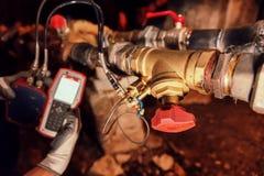 Ingeniero de la calefacción que repara y que mantiene el sistema de calefacción Fotos de archivo