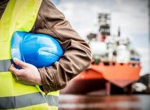 Ingeniero de la construcción naval con el casco de seguridad en astillero foto de archivo