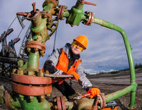 Ingeniero de la mujer en el campo petrolífero foto de archivo libre de regalías