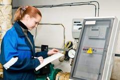 Ingeniero de la mujer en un cuarto de caldera Fotos de archivo libres de regalías