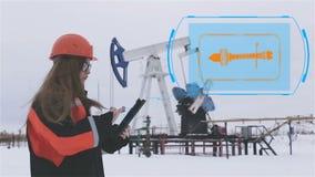 Ingeniero de la mujer Una mujer en un casco que trabaja en el campo petrolífero animación Indicador digital Producción petrolífer almacen de metraje de vídeo