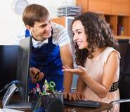 Ingeniero de la PC que proporciona acceso a internet Imagen de archivo libre de regalías