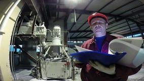 Ingeniero de la planta industrial almacen de metraje de vídeo