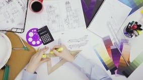 Ingeniero de la visión superior que trabaja en un bosquejo del diseño de los aviones almacen de video