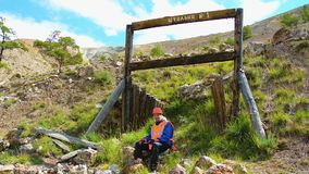Ingeniero de minas, un geólogo en el chaleco reflexivo protector, guantes y casco, con el martillo a disposición almacen de video
