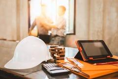 Ingeniero de negocio que trabaja difícilmente en su escritorio en bui del hogar del apartamento Foto de archivo