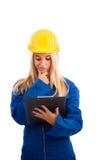 Ingeniero de sexo femenino con la lista de verificación Imagen de archivo libre de regalías