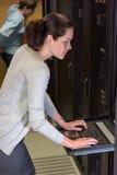 Ingeniero de sexo femenino de la red en dataserver fotos de archivo libres de regalías