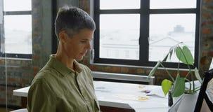Ingeniero de sexo femenino del automóvil usando la tableta de gráficos 4k metrajes