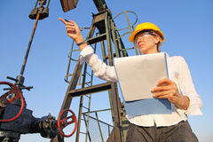 Ingeniero de sexo femenino en campo petrolífero Fotos de archivo libres de regalías