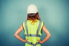 Ingeniero de sexo femenino joven en alta fuerza y el casco de protección fotos de archivo