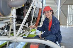 Ingeniero de sexo femenino que trabaja en sala de control de la temperatura imagen de archivo libre de regalías