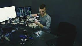 Ingeniero de sexo masculino en el trabajo almacen de video