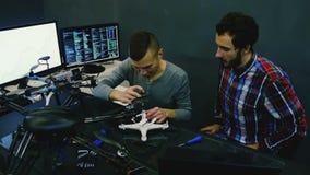 Ingeniero de sexo masculino en el trabajo almacen de metraje de vídeo