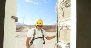 Ingeniero de sexo masculino que abre la puerta del molino de viento 4k almacen de metraje de vídeo